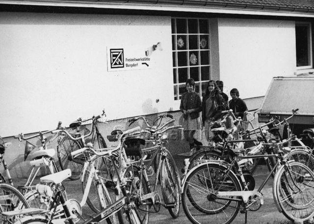 """""""Velos vor der Freizeitwerkstätte Burgdorf""""; 1971"""