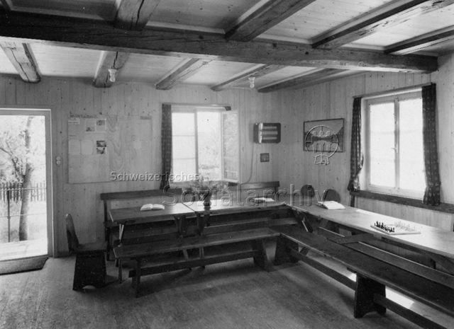 """""""Jugendhaus Otelfingen"""" - Ansicht Innenraum mit Tischen und Bänken; um 1960"""
