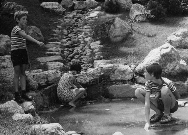 """""""Spielplatz Schaan, erbaut von Herrn Trachsel"""" - Kinder beim Spielen in künstlichem Bachbett; 1973"""