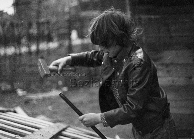 """""""Kind beim Bauen - Robinsonspielplatz Volta, Basel""""; 1972"""