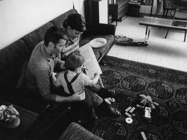 """""""Familie"""" - Mutter, Vater und Kind lesen gemeinsam ein Buch; 1970"""