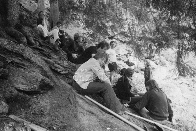 """""""Aktion 7, Calancatal, Wegbau Rossa"""" - Jugendliche bei einer Pause; 1971"""