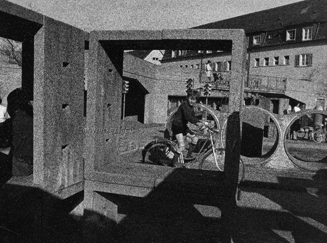 """""""Verkehrskindergarten, Freizeitanlage Buchegg"""", Zürich - Junge fährt mit dem Fahrrad durch die Strassen; 1969"""