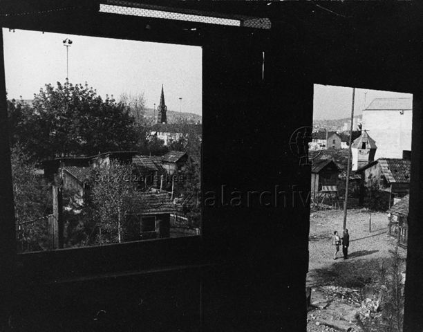 Freizeitanlage Heuried - Blick aus einer Hütte auf die Anlage; um 1965