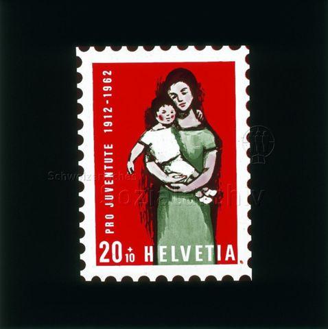 """Diaserie von Kinodias, """"alten Dias"""" und Karten der Pro Juventute; """"Pro Juventute 1912-1962, Helvetia 20 +10""""; Briefmarke mit Zeichnung einer Frau, ein Kind haltend; 1962"""