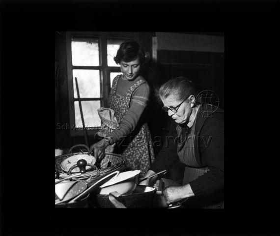 """Diaserie """"Reserve"""" und """"alte Dias""""; zwei Frauen am Abwaschen; um 1950"""