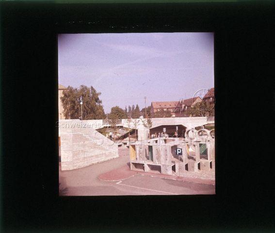 """Diaserie zu Spielplätzen in Zürich; Spielplatz Buchegg; """"Verkehrsgarten"""" - Brücke, Treppe und weitere Hindernisse aus Beton ; um 1960"""